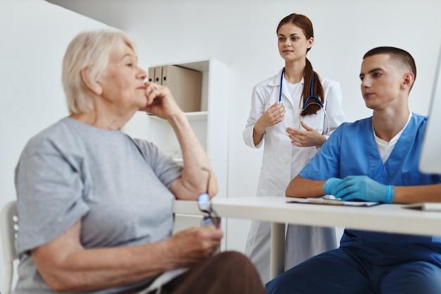 Enfermeiro e médico se comunicando com a assistência hospitalar de entrega de serviço ao paciente