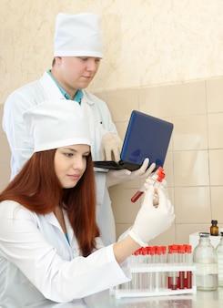 Enfermeiro e médico trabalham em laboratório clínico