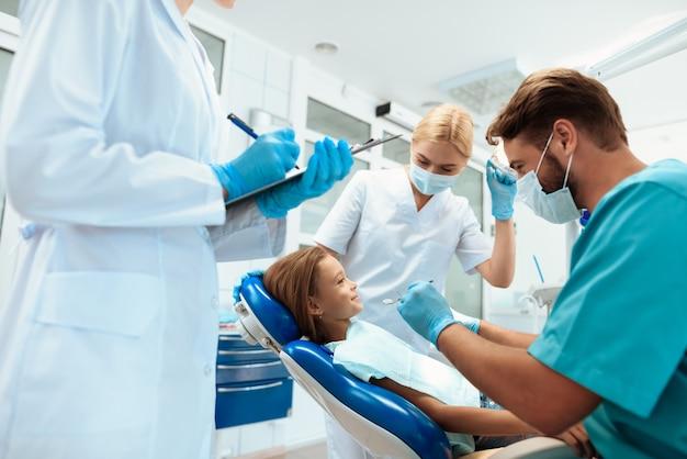 Enfermeiros ajudam dentista. tratamento no hospital.