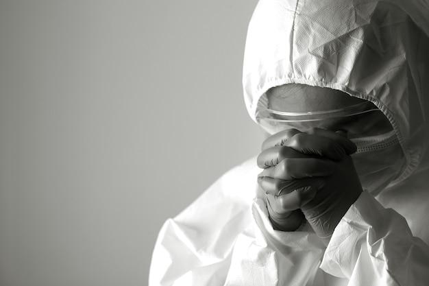 Enfermeiros com roupas de epi estão estressados e desanimados com o tratamento da pandemia do coronavírus.