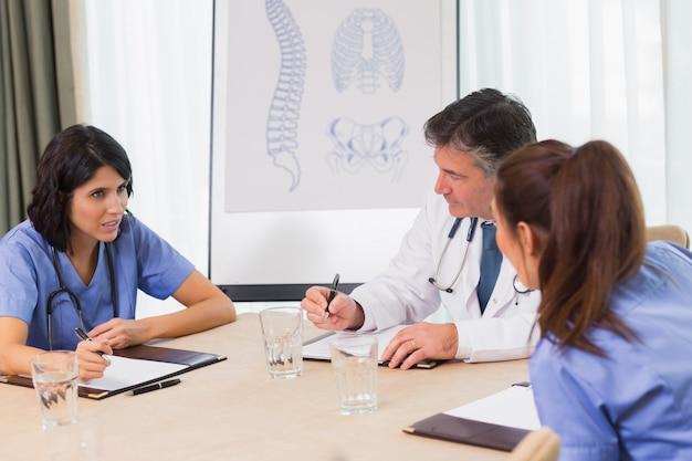 Enfermeiros e médicos em uma reunião