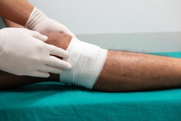 Enfermeiros fazem úlceras nas pernas na sala de emergência.
