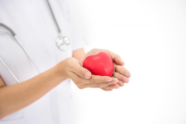 Enfermeiros usam as mãos para mostrar o conceito de forma de coração