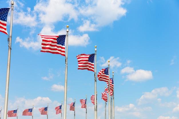 Enfileirar bandeiras americanas em washington dc