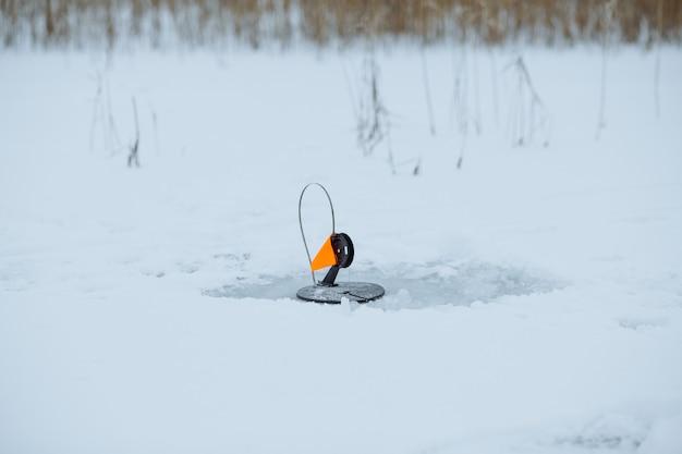 Enfrente uma bandeira vermelha para a pesca de inverno