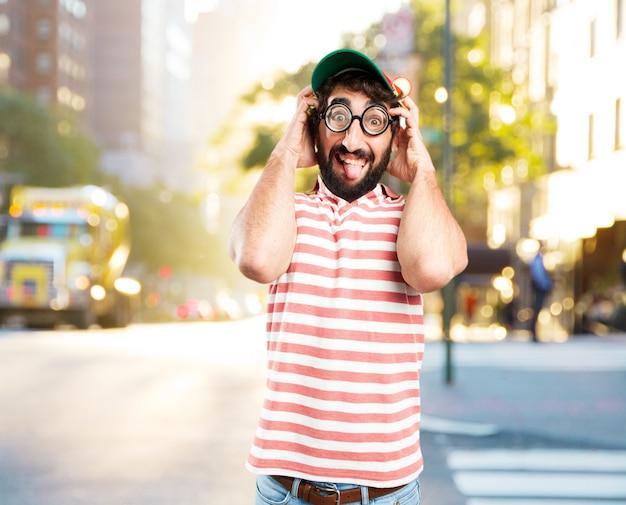 Enganar homem louco. expressão feliz