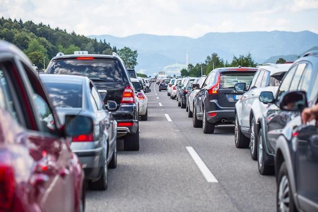 Engarrafamento na rodovia no período de férias de verão ou em um acidente de trânsito trânsito lento ou ruim