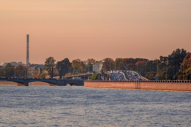 Engarrafamentos em são petersburgo. engarrafamento no viaduto da barragem de vyborg à noite.