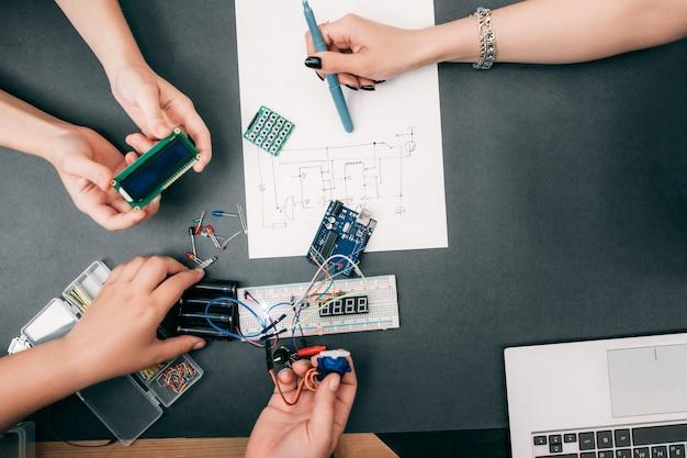 Engenharia de trabalho em equipe de construção eletrônica