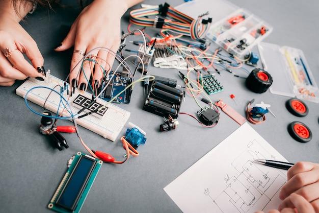 Engenharia eletrônica de acordo com o esquema.