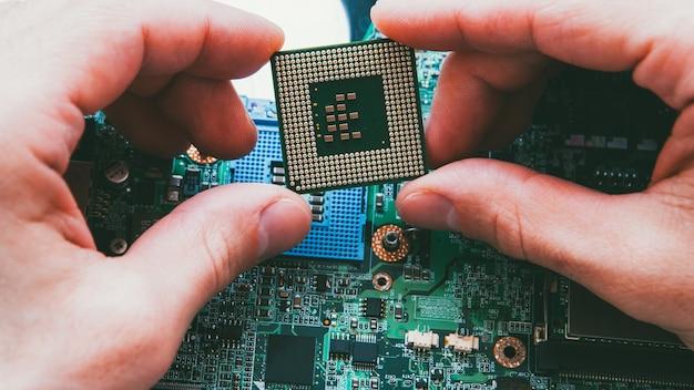 Engenharia eletrônica. manutenção de hardware. técnico instalando microprocessador da cpu. Foto Premium