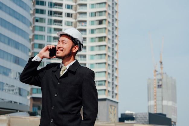 Engenharia inteligente, falando no telefone e trabalhar no conceito de trabalho em equipe ao ar livre, feliz.