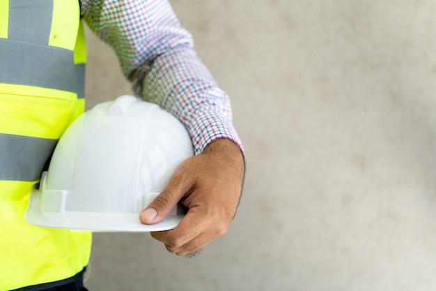 Engenharia segurando o capacete de segurança no escritório.