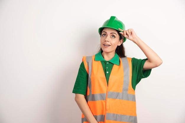 Engenheira de canteiro de obras feminino com capacete. foto de alta qualidade