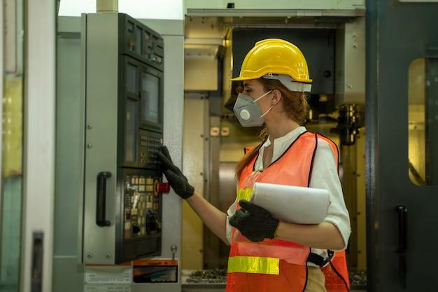 Engenheira usando máscara protetora para proteger contra covid-19 na fábrica