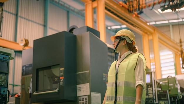 Engenheiras inspecionam máquinas de fábrica. fábrica, conceito de trabalho da indústria de trabalho