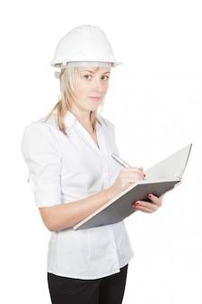Engenheiro arquiteto linda garota toma notas. em uma parede branca.