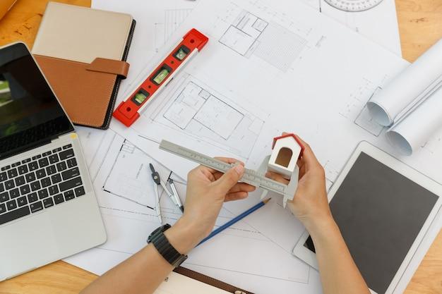 Engenheiro arquitetos, designer de interiores trabalhando com plantas
