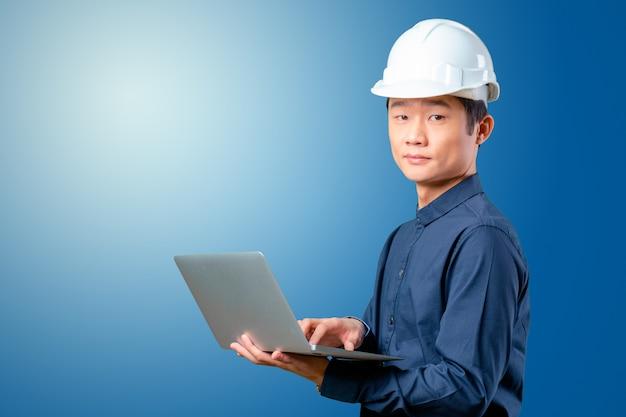 Engenheiro asiático de homem com laptop