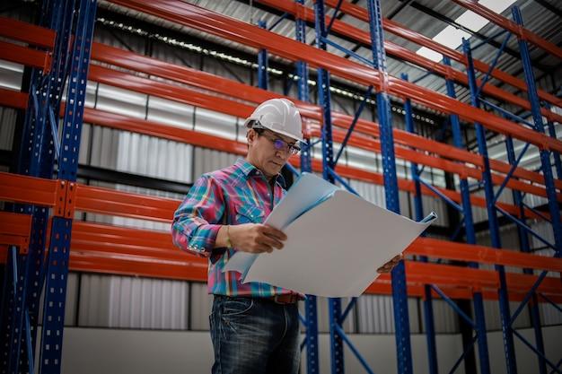 Engenheiro asiático homem trabalhando na construção de fábrica