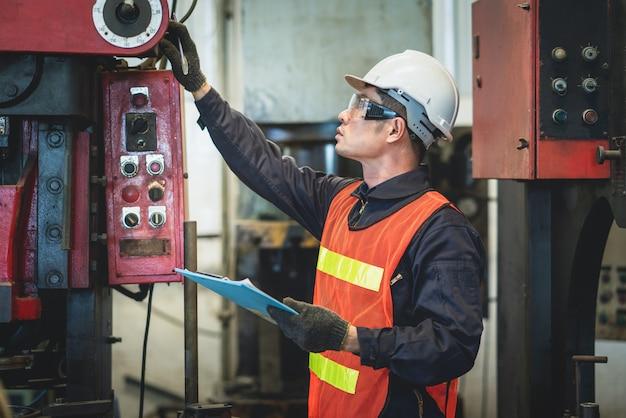 Engenheiro asiático trabalhando inspeção equipamentos de máquina na fábrica