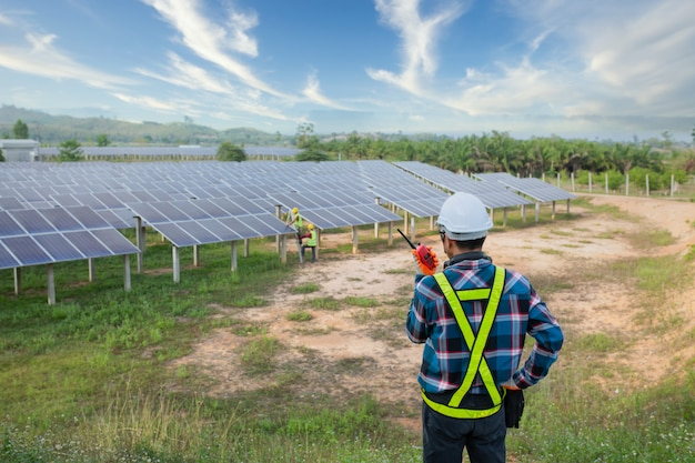 Engenheiro asiático trabalhando na verificação de equipamentos em usina de energia solar, energia pura, energia renovável