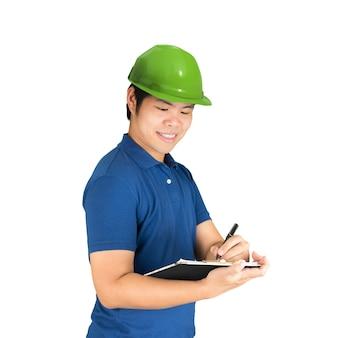 Engenheiro asiático vestindo camisa azul com capacete verde isolado no branco
