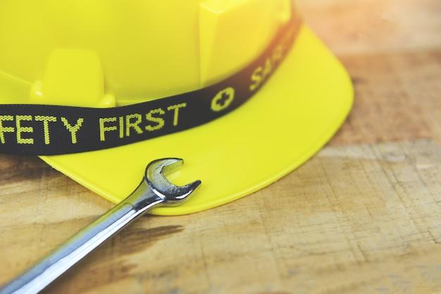 Engenheiro, capacete, trabalhador, chave, segurança, madeira, primeiro, segurança amarela, difícil, desgaste, chapéu capacete