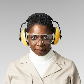 Engenheiro civil com óculos de segurança e protetores de ouvido
