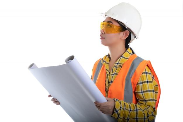 Engenheiro civil, segurando o desenho do plano, olhando para a frente e pensando