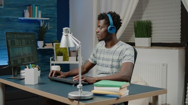 Engenheiro com fones de ouvido criando modelo de construção no computador