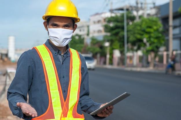 Engenheiro com máscara médica e tablet