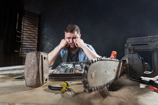Engenheiro conserta laptop, reparador conserta problema