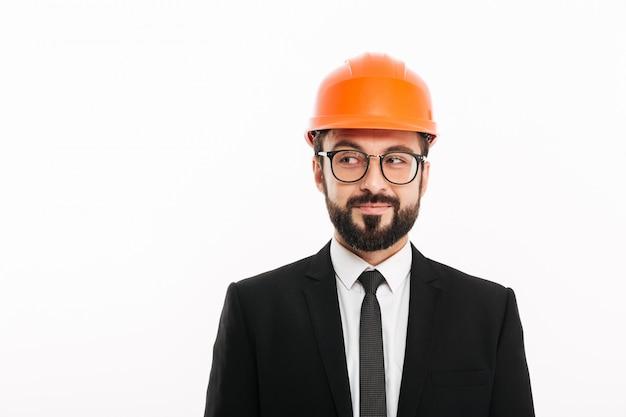 Engenheiro construtor bonito usando capacete