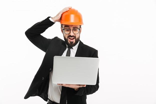 Engenheiro construtor confuso usando capacete