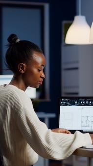 Engenheiro construtor designer arquiteto criando novo plano de bluilding em software cad