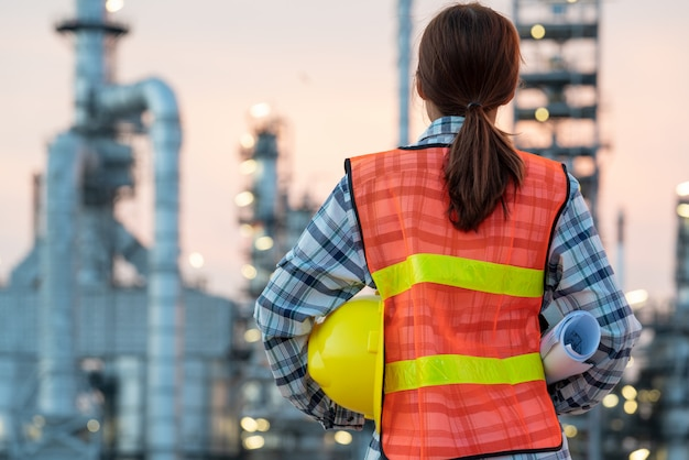 Engenheiro da indústria de refinaria usando epi no canteiro de obras da refinaria