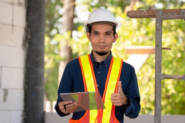 Engenheiro de arquitetura, trabalhador, controle de qualidade de inspeção de foco suave no local, construção, projeto de construção imobiliária