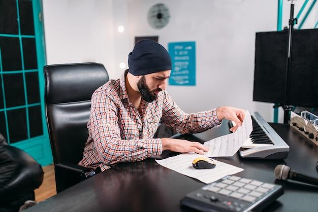 Engenheiro de áudio trabalha com música para nova canção em estúdio. tecnologia profissional de gravação de som digital
