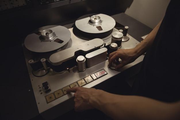 Engenheiro de áudio usando gravador de trilha