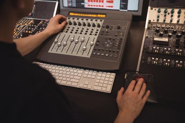 Engenheiro de áudio usando mixer de som