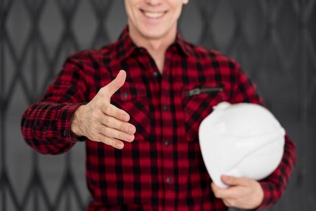 Engenheiro de close-up preparado para agitar a mão