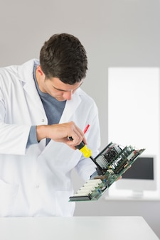 Engenheiro de computação atraente, reparação de hardware com chave de fenda