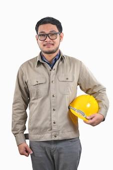 Engenheiro de computação jovem homem asiático amarelo capacete