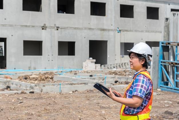 Engenheiro de construção de mulher no canteiro de obras