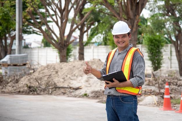 Engenheiro de construção do homem no canteiro de obras