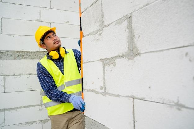 Engenheiro de construção está medindo no canteiro de obras, engenheiros estão trabalhando no canteiro de obras.