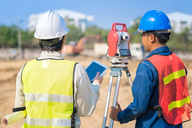 Engenheiro de construção hodling construção desenho com capataz no local
