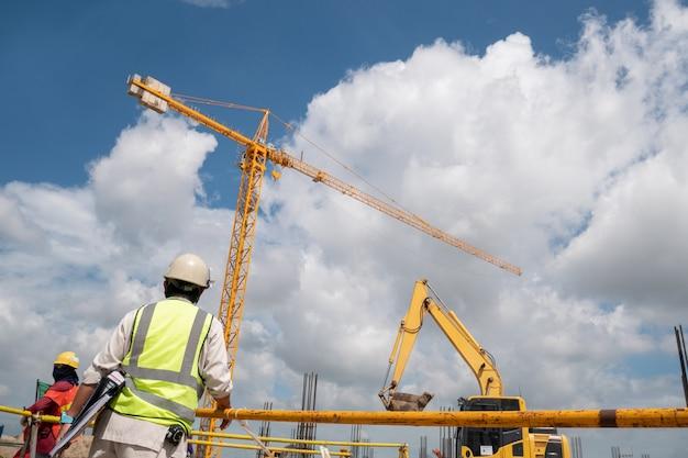 Engenheiro de construção no canteiro de obras