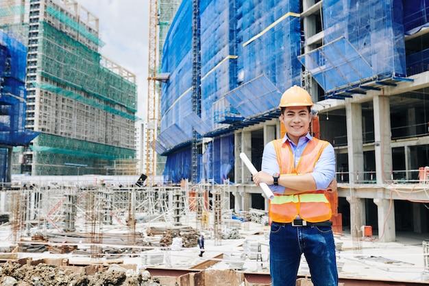 Engenheiro de construção profissional sorridente